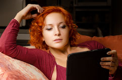 Czytający ebook ona Zdjęcie Stock