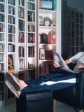 Czytający gazetę w domu Zdjęcia Royalty Free