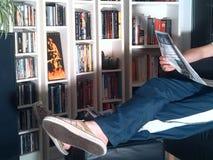 Czytający gazetę w domu Fotografia Royalty Free
