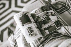 Czytający IKEA Katalogowej kobiety czyta od above domu czytającego Obraz Royalty Free