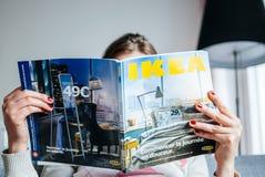 Czytający IKEA kataloguje zdjęcie stock