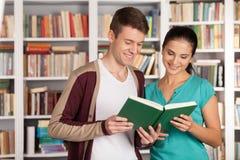 Czytający książkę wpólnie. Zdjęcie Stock