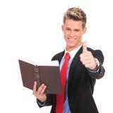 Czytający ok dla książki i dawać Obraz Stock