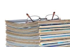 czytania czasopism, stara szkła sterta fotografia stock