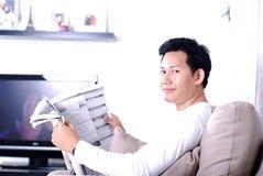 czytania gazety Zdjęcie Royalty Free