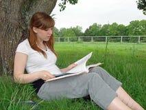 czytanie dziewczyny Fotografia Stock