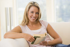 czytanie książki żyje pokój kobieta uśmiechnięta Zdjęcia Stock