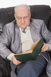 czytanie książki senior Fotografia Stock
