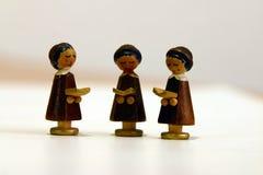 czytelnicy trzy drewniane zdjęcie royalty free