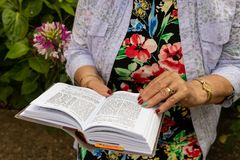 Czytelnicza Żydowska Modlitewna książka zdjęcia stock