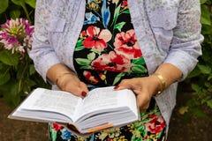 Czytelnicza Żydowska Modlitewna książka obrazy stock