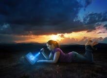 Czytelnicza biblia przy nocą zdjęcie stock