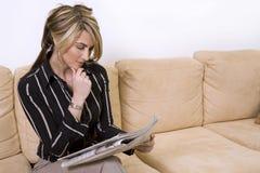 czytelnicza gazetowa kobieta Obrazy Royalty Free