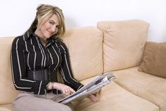 czytelnicza gazetowa kobieta Obraz Royalty Free