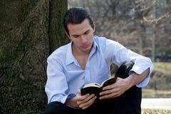 Czytelnicza mężczyzna Biblia Zdjęcia Stock