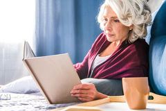 czytelnicza starsza kobieta księgowej obrazy royalty free