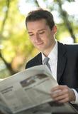 Czytelnicze biznesmen gazety Obraz Stock
