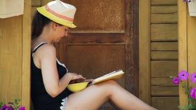 Czytelniczej książki i łasowania truskawki Outdoors zbiory
