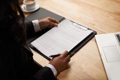 Czytelniczy biznesu kontrakt zdjęcia stock