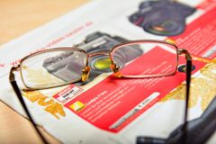 Czytelniczy gazetowy reklamować, rewizja dla rabata obraz royalty free