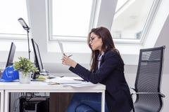 Czytelniczy kontrakt w ręki biznesowej kobiecie fotografia royalty free