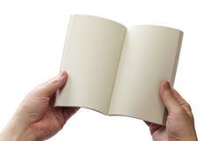 Czytelniczy książka w miękkiej okładce, puste strony otwiera Fotografia Stock