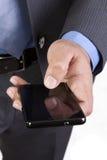 Czytelniczy sms na jego telefonie komórkowym lub dosłanie Zdjęcia Royalty Free
