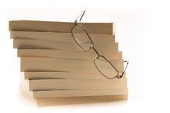 Czytelniczy szkła na górze stosu książki Obrazy Royalty Free
