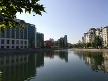 DămboviÈ›河和国立图书馆-布加勒斯特 免版税库存照片