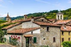 Dächer des Hügeldorfs in Italien Stockfoto