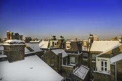 Dächer im Schnee von viktorianischen Häusern Londons stockbilder