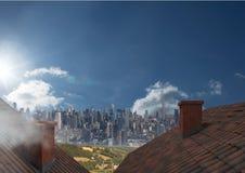 Dächer mit Kamin und Großstadt Stockfotografie