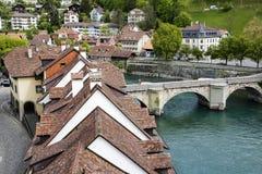 Dächer und Gebäude der alten Stadt durch Aare-Fluss Stockfotos