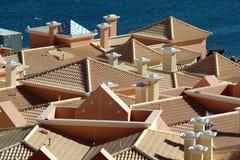 Dächer und Meer Lizenzfreie Stockfotos