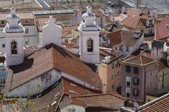 Dächer von Alfama und von Sao-Miguel-Kirche Lizenzfreie Stockbilder