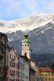 Dächer von Innsbruck mit Bergen am Wintertag Stockbild
