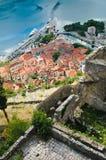 Dächer von Kotor vom Berg Stockfotografie