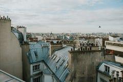 Dächer von Paris morgens lizenzfreie stockbilder