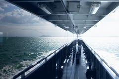 Däck av ett skepp med reflexion i fönstren av havet Royaltyfria Bilder