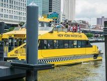 Däck för passagerare överst av den New York vattentaxien på pir 11 på en su Arkivfoton
