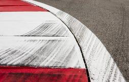 Däck markerar på löparbanan Arkivbilder