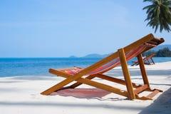 Däck-stolar på stranden Fotografering för Bildbyråer