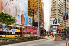 Däckarebussar och spårvagnar på de centrala gatorna av Hong Kong royaltyfria bilder