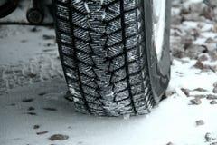 Däckmönsterkvarter av vintergummihjulet packade med snön Fotografering för Bildbyråer