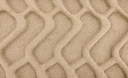 Däckspår i sand fotografering för bildbyråer