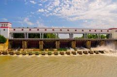 Dämma av hydroelektriskt på Whitet River i Adygeya, Maikop royaltyfri foto