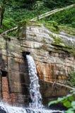 Dämma av och en härlig vattenfall, vertikal sikt Arkivfoto