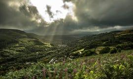 Dämmerige Strahlen über dem Rhondda Stockbilder