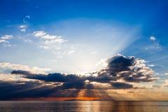 Dämmerige Strahlen auf tyrrhenischem Meer Stockfoto