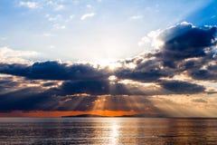 Dämmerige Strahlen auf tyrrhenischem Meer Lizenzfreies Stockfoto